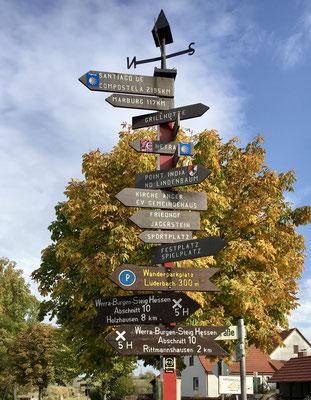 Der neue Schilderbaum an der Brücke über den Lüderbach.