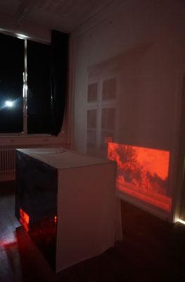 rechte Raumhälfte mit Abbild des angrenzenden Fensters und Videoprojektion