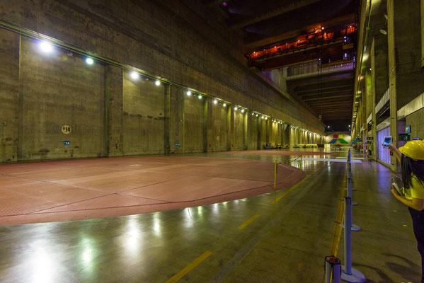 Das 1km lange Turbinenhaus mit den 20 Generatoren mit je 16m Durchmesser