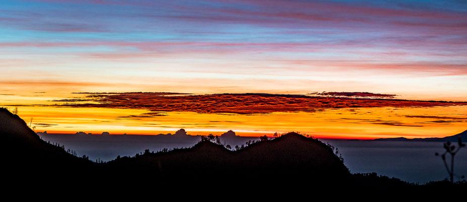 Ein unglaubliches Lichtspiel Sonnenaufgang am Bromo richtung Osten