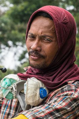 Ein Schwefelarbeiter seine Augenhaare snd mit Schwefelstaub verklebt.