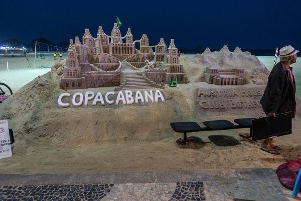 Kunstwerke aus Sand an der Copacabana
