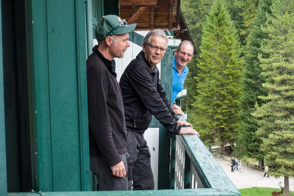Roland Adrian und Martin geniessen die erste Aussicht auf den See