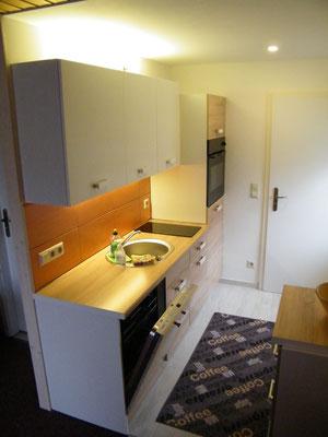 komplett eingerichtete Küchenzeile mit Geschirrspüler und Backofen