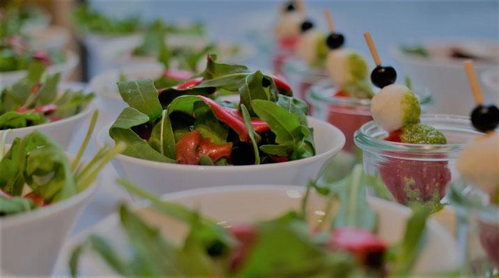Salate im Glas - ob Griechisch, Schweizer, Haussalat oder saisonal