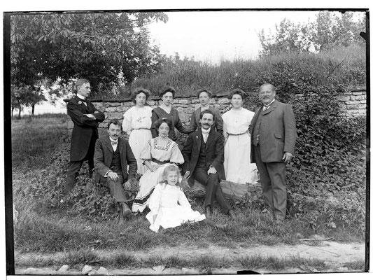 Familie Mayer und Besuch von Freunden in der Wiesenmühle um 1900