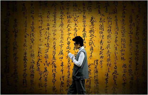 South Korea: buddista in preghiera - © Massimo Vespignani
