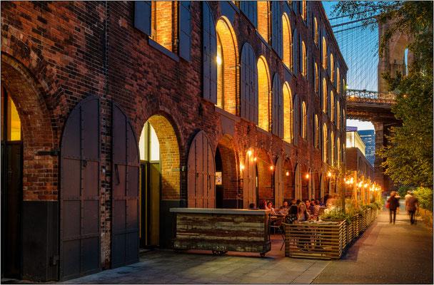 New York City: l'ex edificio industriale West Elm a ridosso del ponte di Brooklyn anticamente utilizzato come deposito di caffè e oggi brillantemente recuperato - © Massimo Vespignani