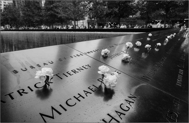New York City: il pannello metallico al World Trade Center con l'interminabile elenco delle vittime nel crollo delle Torri Gemelle  - © Massimo Vespignani