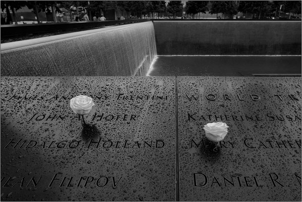 New York City: il National September 11 Memorial con l'nterminabile elenco delle vittime nel crollo delle Torri Gemelle - © Massimo Vespignani