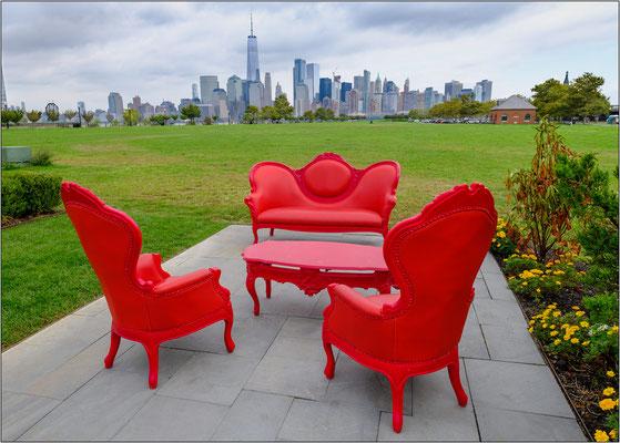 Jersey City: allestimento per una cerimonia nuziale su un prato con vista sui grattacieli di New York - © Massimo Vespignani