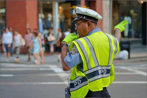 New York City: uno dei tanti agenti del traffico che, al centro degli incroci più trafficati, incuriosiscono ed ottengono l'attenzione degli automibilisti grazie al loro gesticolare con mosse di danza - © Massimo Vespignani