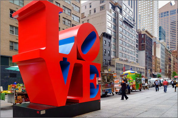 "New York City: la celebre ""Love Sculpture"" dell'artista Robert Indiana collocata all'incrocio fra la 6th Avenue e la W 55th Street- © Massimo Vespignani"
