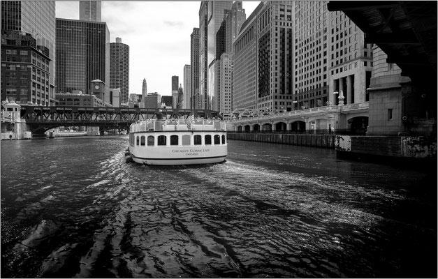 Chicago: battello in navigazione sul Chicago River - © Massimo Vespignani