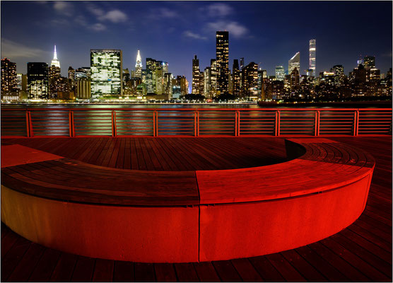 New York City: veduta notturna di Manhattan dal lungofiume di Long Island City - © Massimo Vespignani