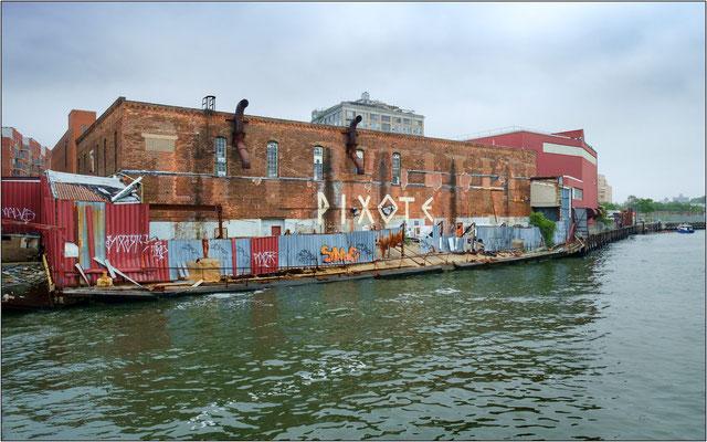 New York City: uno dei rari edifici industriali in mattoni sopravvissuti alla demolizione e che un tempo, numerosissimi, caratterizzavano l'argine sinistro dell'East River - © Massimo Vespignani