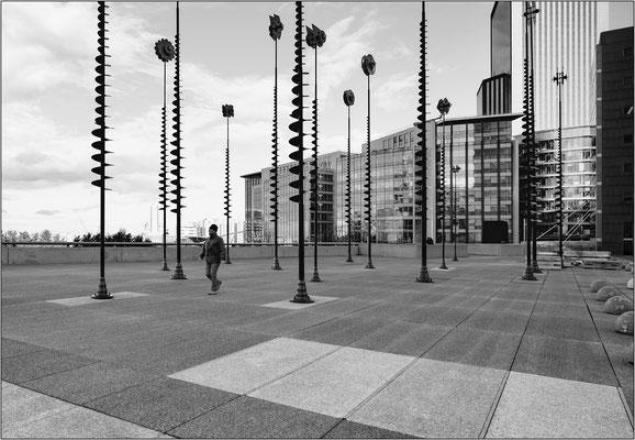 Piazzale retrostante La Grande Arche de La Défense - © Massimo Vespignani