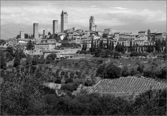 San Gimignano: veduta dalla via Vecchia per Poggibonsi - © Massimo Vespignani