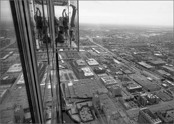 Chicago: uno dei balconi in vetro a strapiombo al 103° piano della Willis Tower, a 412 metri dal suolo - © Massimo Vespignani