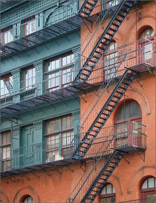 New York City: scale antincendio. Gli edifici, a seconda dell'epoca di costruzione, hanno le pareti esterne in mattoni rossi oppure in ghisa decorata - © Massimo Vespignani