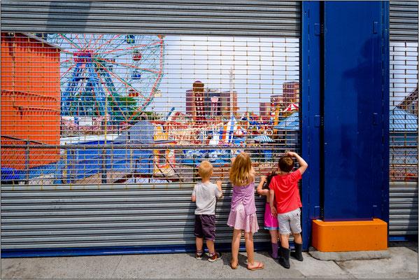 Coney Island: bambini in attesa dell'apertura del luna park - © Massimo Vespignani