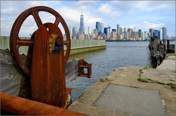 Jersey City: strutture portuali dismesse sulla sponda dell'Hudson River. Sullo sfondo i grattacieli di Manhattan - © Massimo Vespignani