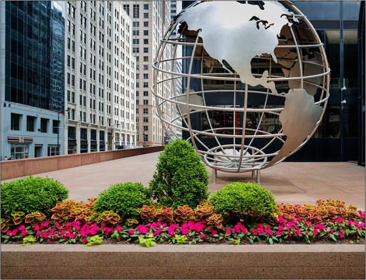 Chicago: globo alla base della Willis Tower - © Massimo Vespignani