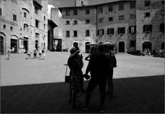 San Gimignano: piazza della Cisterna - © Massimo Vespignani