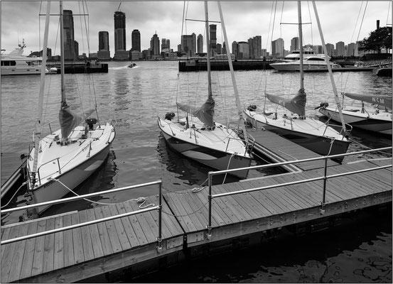 New York City: barche ormeggiate al Brookfield Place. Sullo sfondo la costa del New Jersey - © Massimo Vespignani