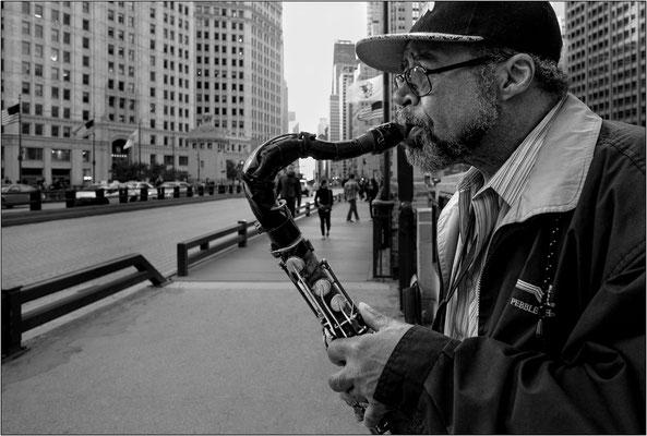 Chicago: musicista ambulante lungo il Magnificent Mile  - © Massimo Vespignani