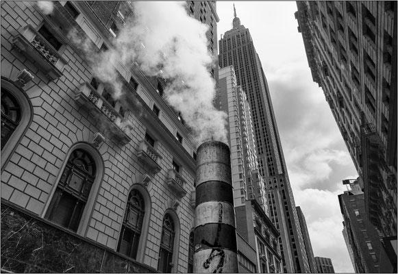 """New York City: uno dei tanti caratteristici """"camini"""" per lo sfogo del vapore acqueo presso l'Empire State Building - © Massimo Vespignani"""
