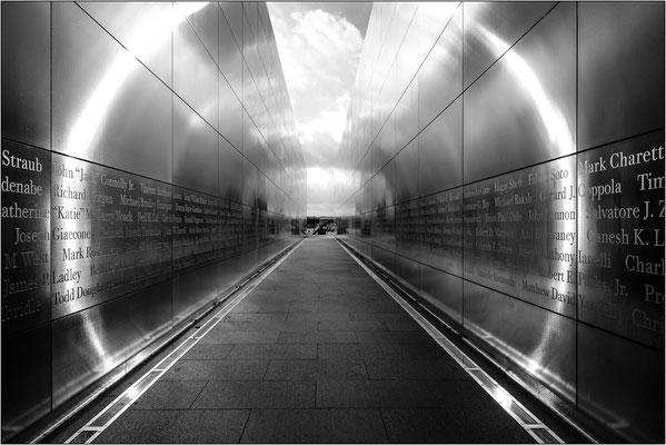 Jersey City: l'Empty Sky Memorial. Le due pareti parallele del memoriale indirizzano lo sguardo verso la porzione di cielo rimasta vuota dopo il crollo delle Torri Gemelle - © Massimo Vespignani