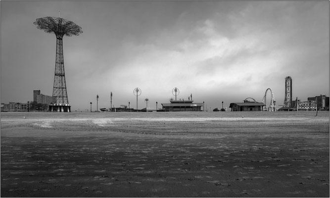 """Coney Island: spiaggia e strutture del luna park. Sulla sinistra il """"Parachute Jump"""" (dismesso dal 1968) che consentiva di provare il brivido di lanciarsi col paracadute - © Massimo Vespignani"""