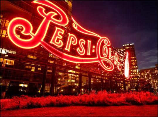 New York City: la gigantesca insegna della Pepsi Cola caratterizza il paesaggio urbano e lo skyline di Long Island City. L'insegna, vecchia di quasi un secolo, rientra nel gruppo di strutture storiche di New York da preservare - © Massimo Vespignani