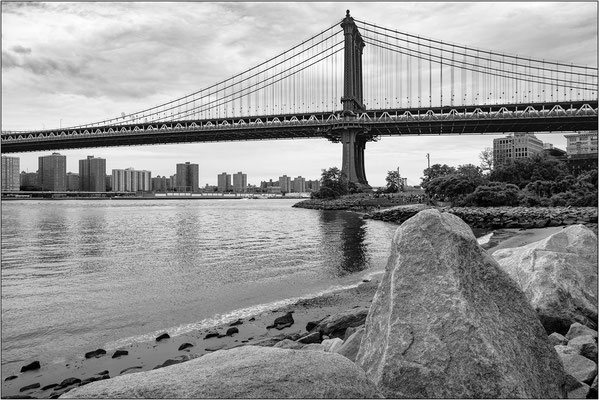 La riva di Brooklyn e il Manhattan Bridge - © Massimo Vespignani