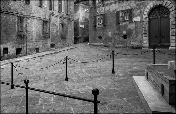 Siena, piazza del Conte - © Massimo Vespignani
