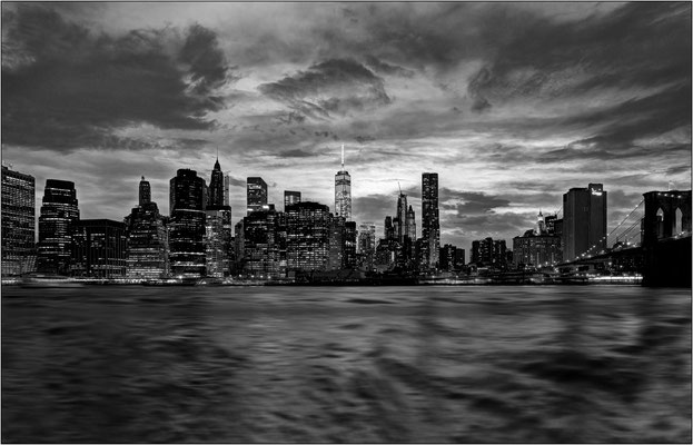 New York City: skyline di Manhattan sull'East River - © Massimo Vespignani