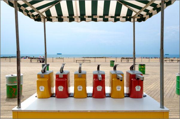"""Coney Island: esterno del mitico chiosco """"Nathan's Famous"""" a ridosso della spiaggia - © Massimo Vespignani"""