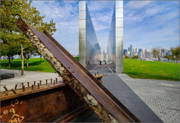 Jersey City: l'Empty Sky Memorial. Il monumento, formato da due muri paralleli rivestiti in acciaio inox, è stato eretto in memoria dei 746 cittadini del New Jersey uccisi durante gli attacchi terroristici dell'11 settembre 2001 - © Massimo Vespignani