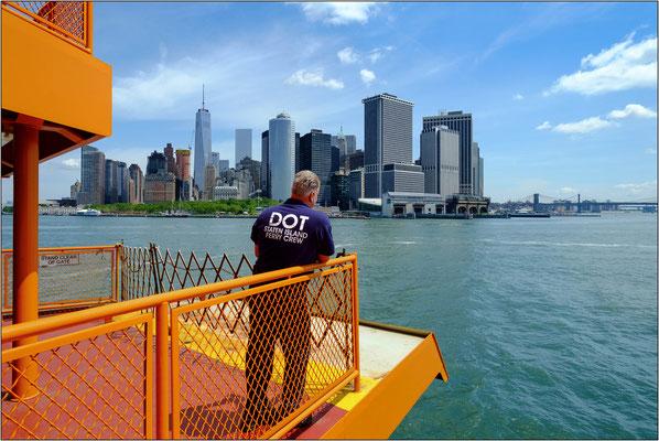 New York City: la prua dell'inconfondibile traghetto di colore arancione che collega Manhattan a Staten Island - © Massimo Vespignani