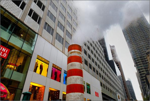 """New York City:  uno dei tanti caratteristici """"camini"""" collocati provvisoriamente lungo le strade per convogliare il vapore acqueo che fuoriesce dalle tubature sotterranee del teleriscaldamento a vapore - © Massimo Vespignani"""