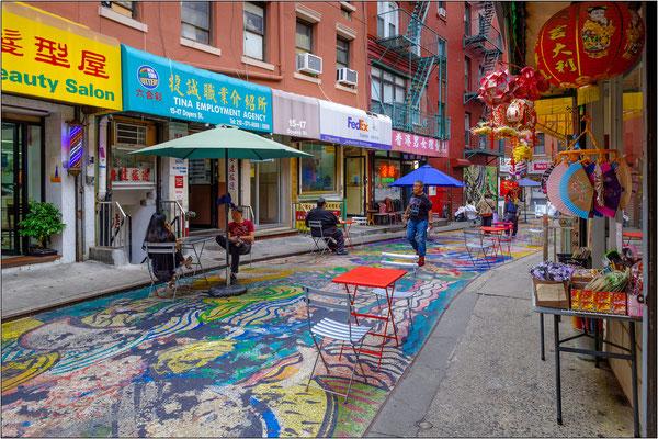 New York City: nel quartiere cinese l'asfalto di Doyers Street è stato ravvivato dall'opera di street art di Chen Dongfan - © Massimo Vespignani
