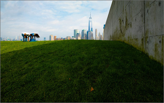 Jersey City: il terrapieno laterale all'Empty Sky Memorial. Il monumento si trova nel Liberty State Park, alla foce del fiume Hudson, di fronte al One World Trade Center di New York - © Massimo Vespignani