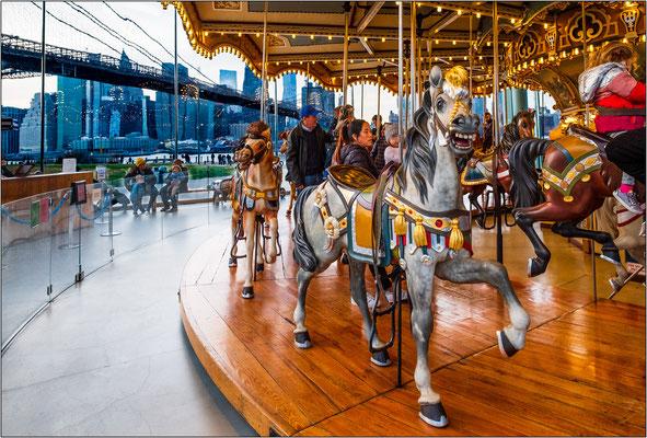 L'antica giostra Jane's Carousel, mirabilmente restaurata e perfettamente funzionante, è composta da 48 cavalli e 2 carrozze in legno scolpito - © Massimo Vespignani