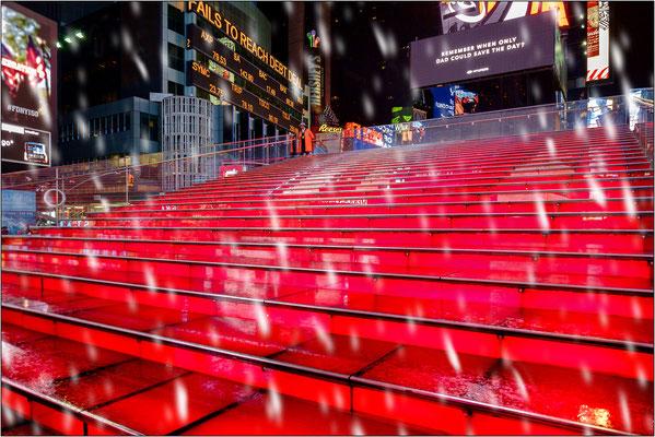 New York City: la celebre tribuna in vetro rosso a Father Duffy Square, sempre gremita di turisti, viene chiusa al pubblico in caso di pioggia perchè molto scivolosa - © Massimo Vespignani