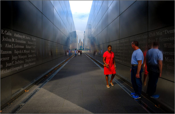 Jersey City: l'Empty Sky Memorial. Il sentiero racchiuso fra i due muri porta idealmente verso Ground Zero e incornicia la porzione di cielo rimasta vuota dopo il crollo delle Torri Gemelle - © Massimo Vespignani