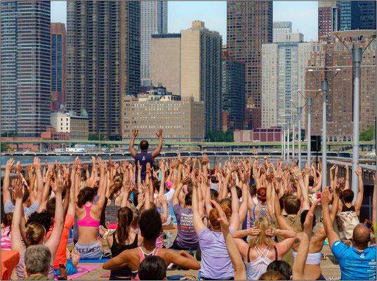 New York City: seduta di ginnastica su un molo di Long Island City - © Massimo Vespignani