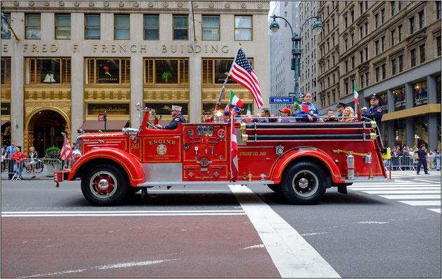 New York City: uno dei tantissimi mezzi che percorrono la 5th Avenue durante la parata del Columbus Day - © Massimo Vespignani