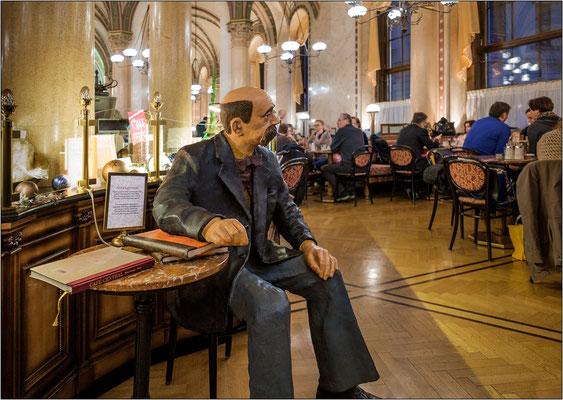 Vienna: manichino del poeta Peter Altenberg seduto a quello che fu il suo tavolino abituale al Café Central. La frequentazione era talmente assidua che il poeta aveva fissato il bar come recapito postale - © Massimo Vespignani