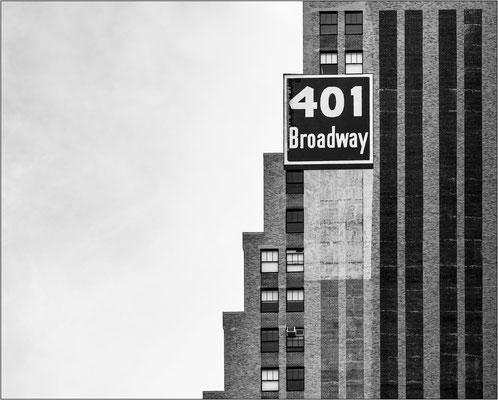 New York City: agli inizi del Novecento il diffondersi di grattacieli sempre più alti provocò una tale diminuzione di luce naturale nelle strade che dovettero essere cambiate le norme edilizie affinchè i piani più alti fossero gradualmente arretrati.